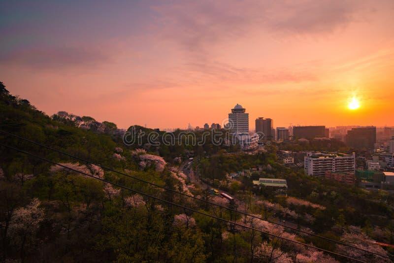 Härlig solnedgångsikt av den seoul staden från kabelbilen royaltyfri foto