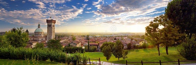 Härlig solnedgångsikt av Lonato del Garda, en stad och comune i landskapet av Brescia, Italien arkivfoton