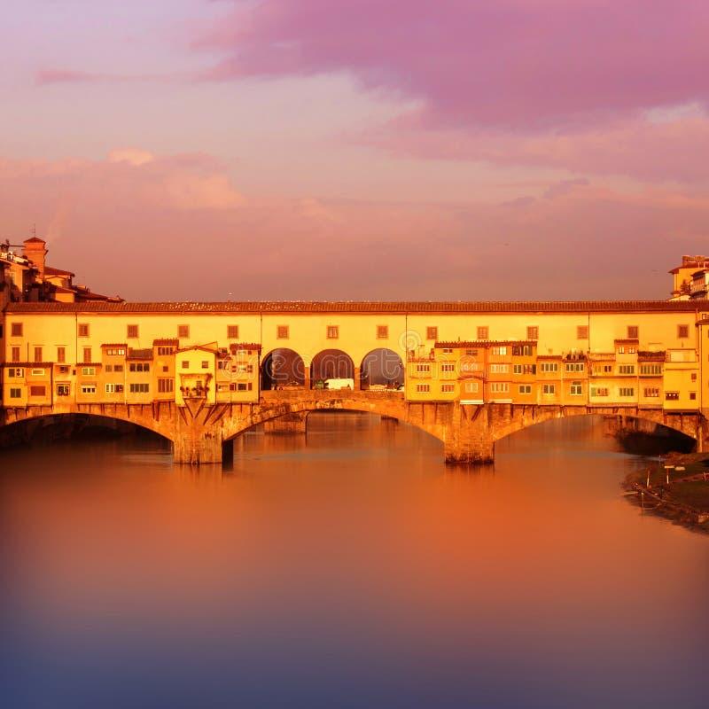 Härlig solnedgångsikt av Ponte Vecchio över Arno River i Floren royaltyfri bild