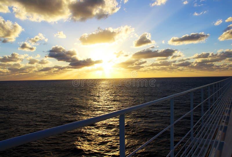 Härlig solnedgångsikt från karibiskt kryssningdäck arkivbild