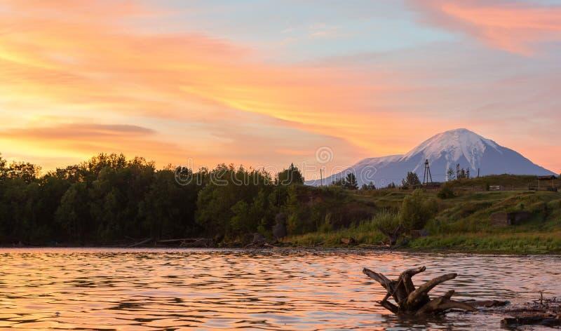 Härlig soluppgång över den Plosky och Ostry Tolbachik vulkan royaltyfria bilder