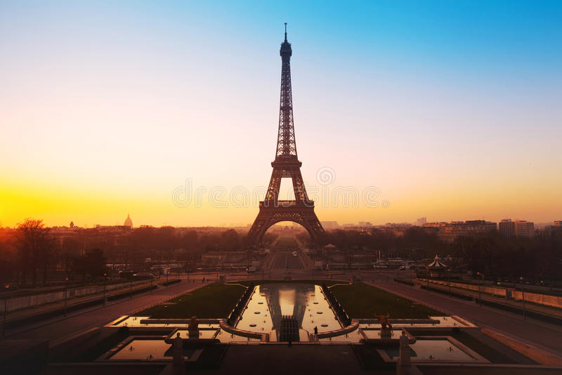 Härlig soluppgång över Eiffeltorn royaltyfri fotografi