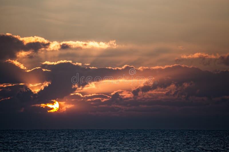 Härlig soluppgång över en havhorisont gry havet arkivbild