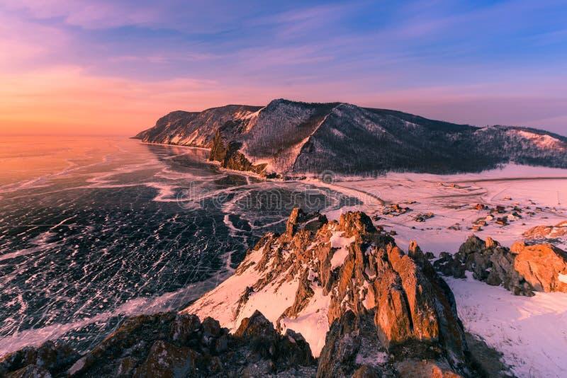 Härlig soluppgång över flyg- sikt för Baikal Olkhon Ryssland vattensjö royaltyfria bilder