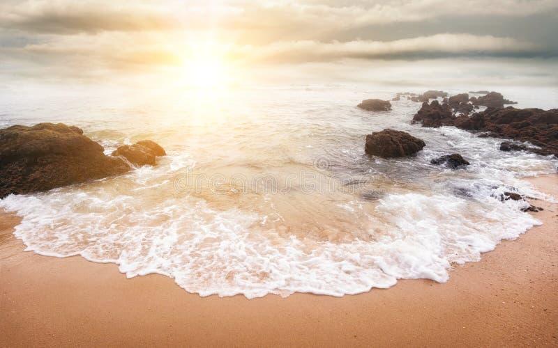 Härlig soluppgång över havet arkivfoton
