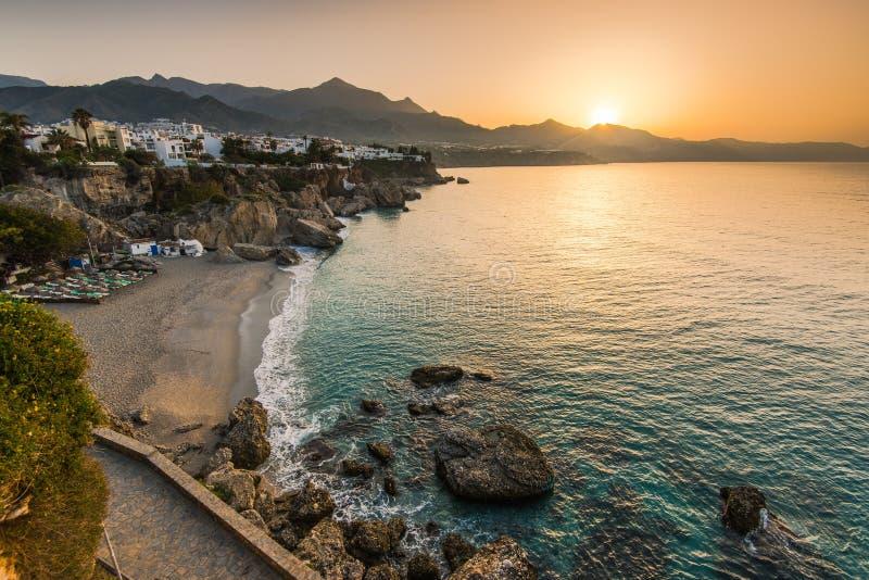Härlig soluppgång över stranden i Nerja, Andalusia, Spanien royaltyfria foton
