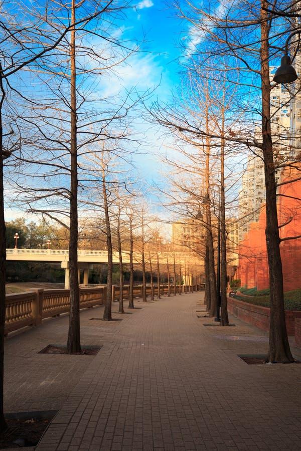Härlig soluppgång- eller solnedgångdag på väggatan, under blått royaltyfri foto