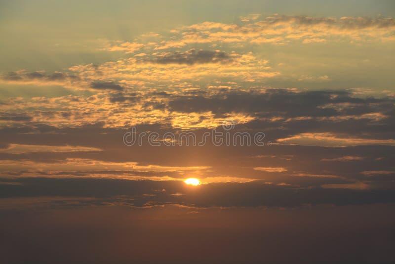 Härlig soluppgång för orange guling på Stillahavskusten av Panama fotografering för bildbyråer