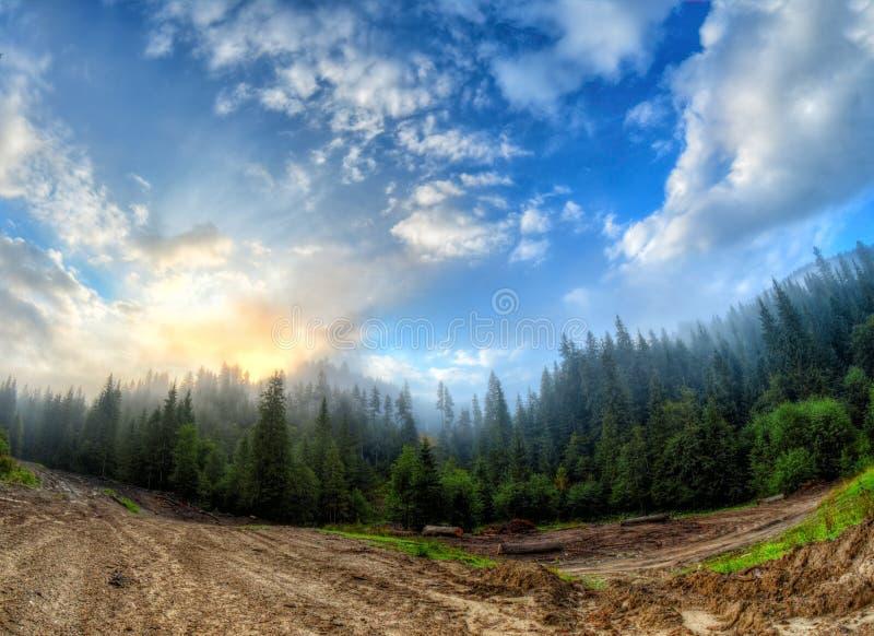 Härlig soluppgång i dimman och molnen i bergsområdet arkivfoton