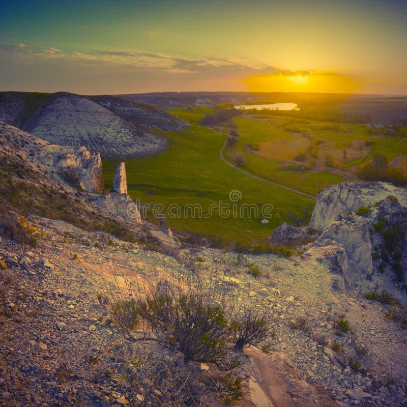 Härlig soluppgång i en bergvalley_vintage arkivfoton