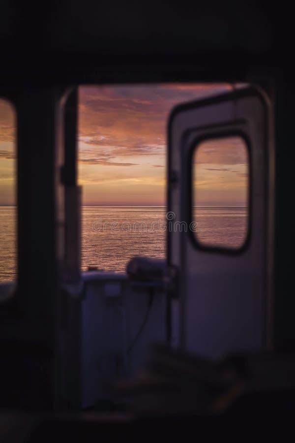 Härlig soluppgång på Östersjön Sikt fr?n bron av lastskytteln Under morgonklockan Bakgrund blurriness royaltyfri bild