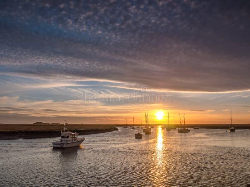 Härlig soluppgång på östlig flotta väller fram Norfolk arkivbilder