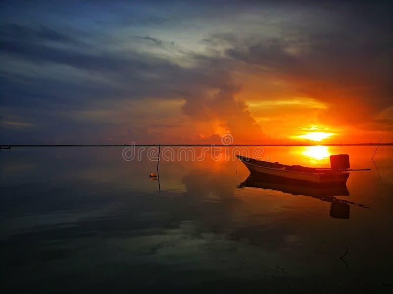 Härlig soluppgång på den jubakar pantaien, tumpat kelantan Malaysia royaltyfri bild