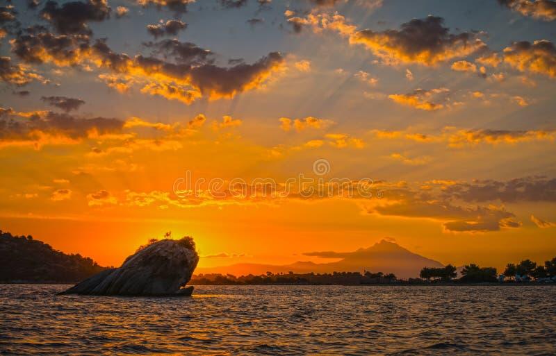 Härlig soluppgång på Sithonia, Grekland arkivfoton