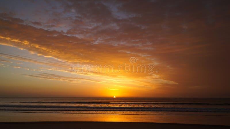 Härlig soluppgång på stranden av Barra de Valizas i Uruguay arkivbild