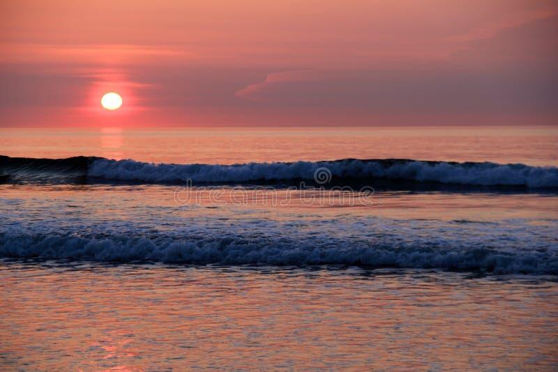 Härlig soluppgång på stranden som lånar fred till morgonen royaltyfri foto