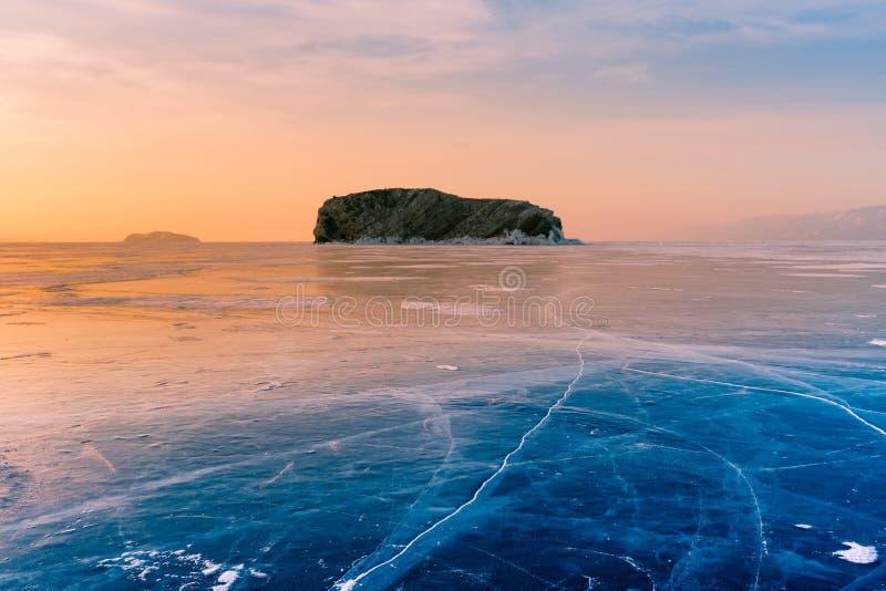 Härlig soluppgånghimmel över den djupfrysta vattensjön med dramatisk himmelbakgrund royaltyfri foto