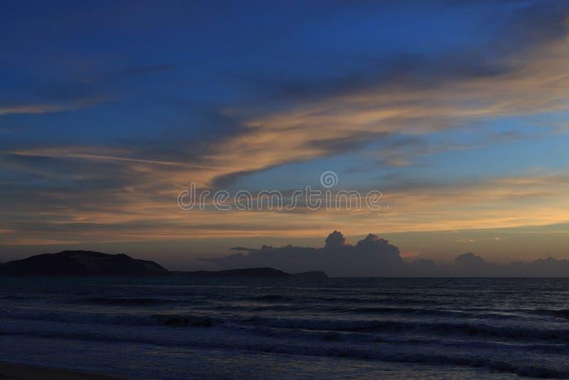 Härlig soluppgånghimmel i morgonen med det färgrika molnet på havet fotografering för bildbyråer