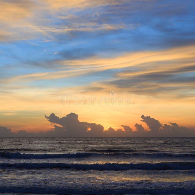 Härlig soluppgånghimmel i morgonen med det färgrika molnet på havet royaltyfri fotografi