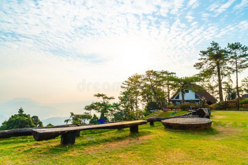 Härlig soluppgånghimmel med trädgården på berget på Huai Nam Dang National Park royaltyfri foto