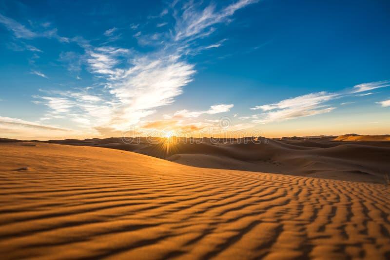 Härlig soluppgångsikt av de ergChebbi dyerna, Sahara Desert, Merzouga, Marocko i Afrika royaltyfri fotografi