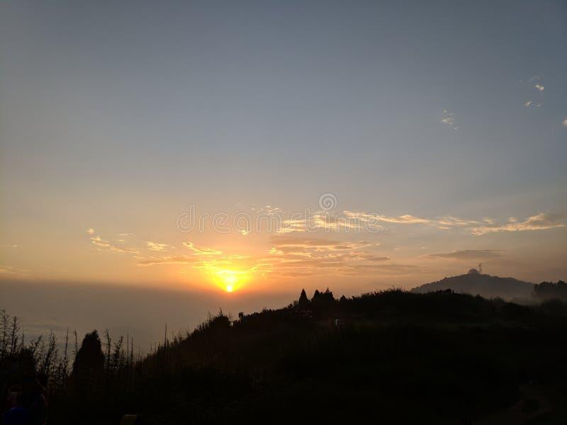Härlig soluppgångsikt från berget fotografering för bildbyråer