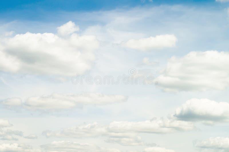Härlig sommarhimmel Underbara fluffiga mjölkaktiga vita moln på försiktigt blåa himlar royaltyfri bild