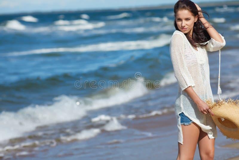 Härlig sommarkvinna nära havet arkivbild