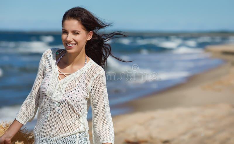 Härlig sommarkvinna nära havet arkivfoto