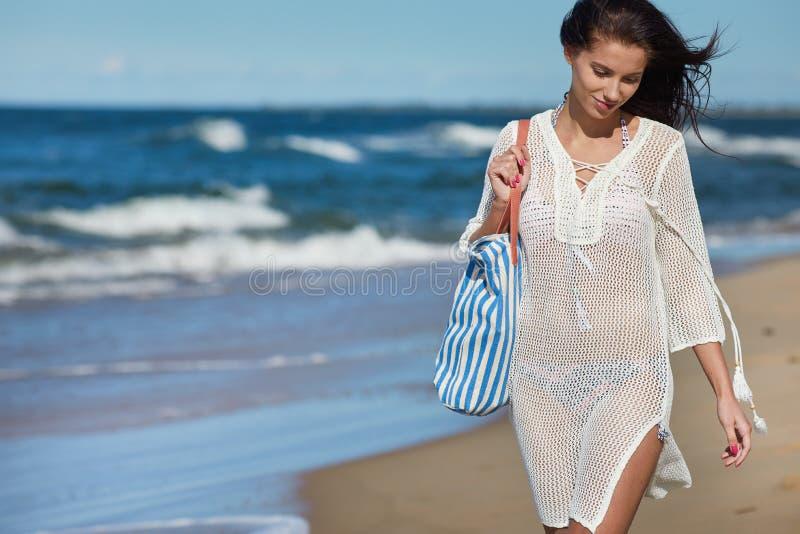 Härlig sommarkvinna nära havet royaltyfri foto