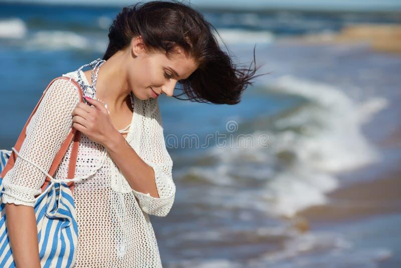 Härlig sommarkvinna nära havet fotografering för bildbyråer