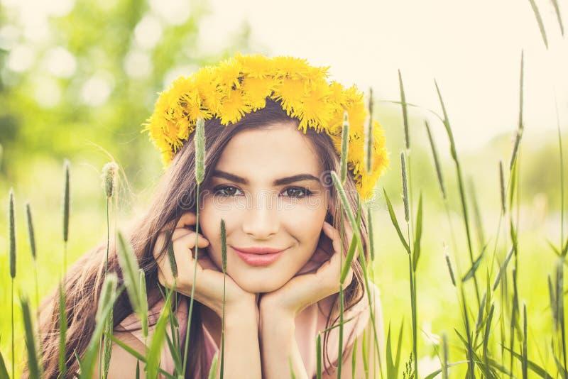 Härlig sommarkvinna på blommafält royaltyfria foton