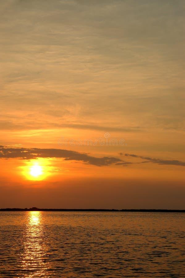 härlig sommarsolnedgång arkivbild