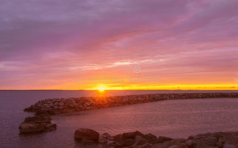 Härlig sommarsoluppgång vid den färgrika molniga himlen för havsbredd royaltyfri bild