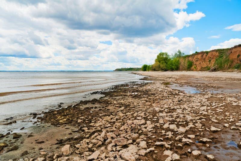 Härlig sommarvårnatur av den Saratov regionen Molnig dag på Volgaet River, Ryssland fartygchaniagreece gammal kust royaltyfria foton