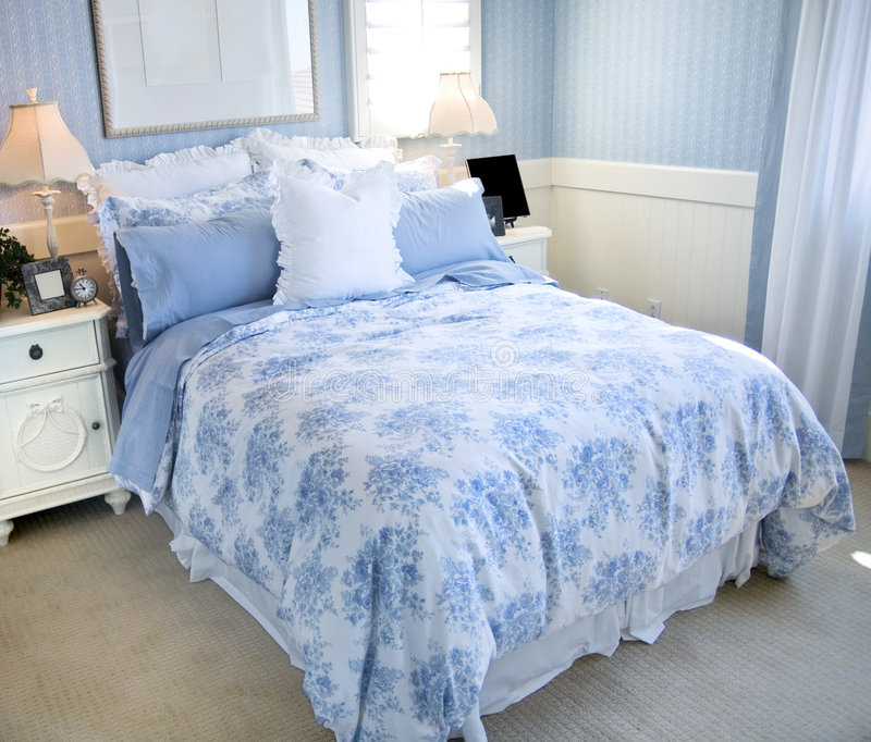 härlig sovrumdesigninterior royaltyfria foton
