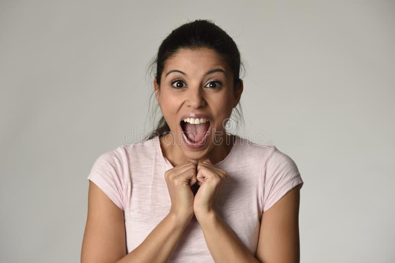 Härlig spanjor förvånad kvinna som förbluffas i den upphetsade chock och överraskningen som är lyckliga och fotografering för bildbyråer