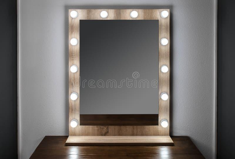 Härlig spegel i modernt rum arkivfoto