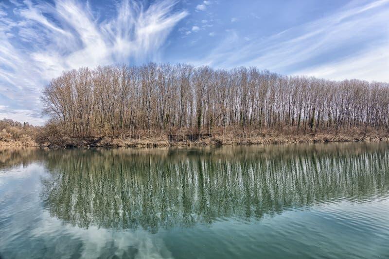 Härlig spegelsjö, blå himmel royaltyfri fotografi