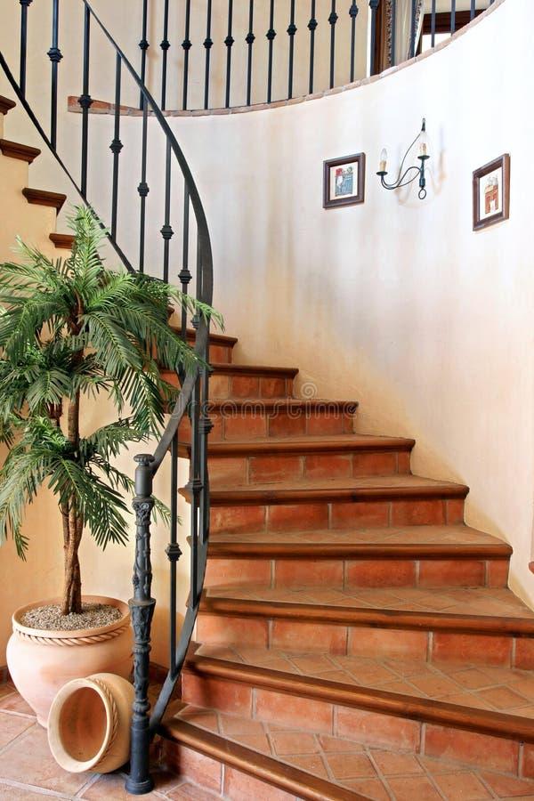 Härlig spiral trappuppgång i stor lyxig utgångspunkt arkivbild