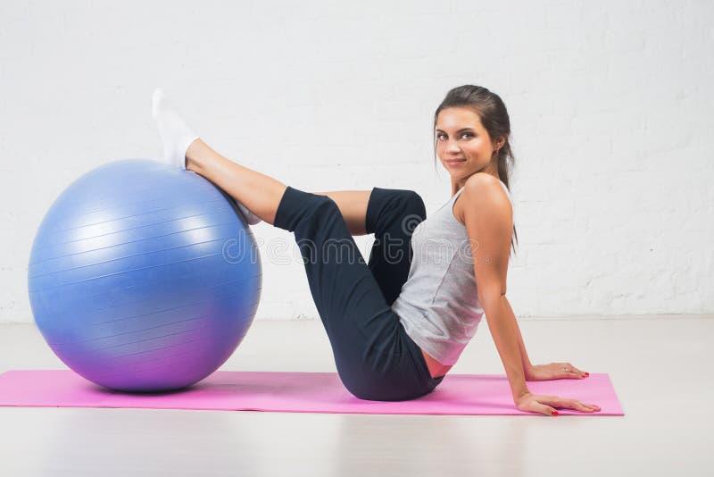 Härlig sportkvinna som gör konditionövning på boll Pilates sportar, hälsa royaltyfria foton