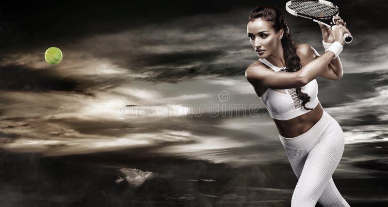 Härlig sportkvinnatennisspelare med racket i den vita sportsweardräkten arkivbilder