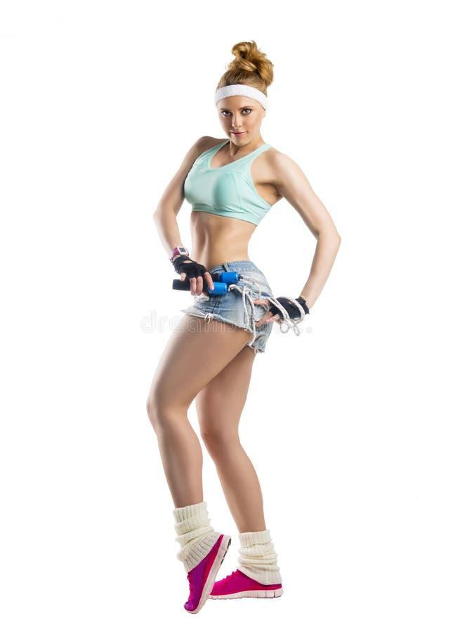 Härlig sportsgirl med överhopprepet royaltyfri bild