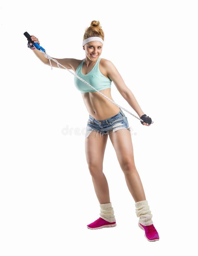 Härlig sportsgirl med överhopprepet royaltyfria foton