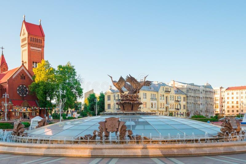 Härlig springbrunn i självständighetfyrkant i Minsk royaltyfri bild