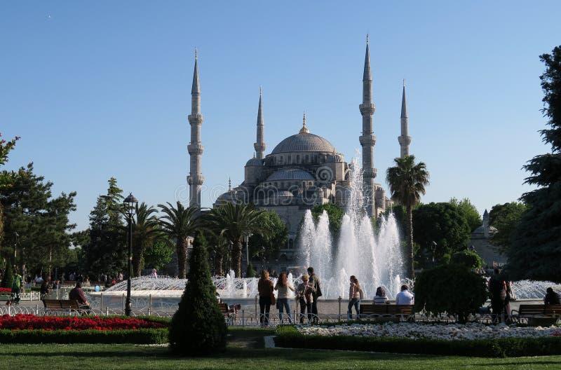 Härlig springbrunn nära den blåa moskén - sultan-Ahmet-Camii i Istanbul, Turkiet arkivbilder