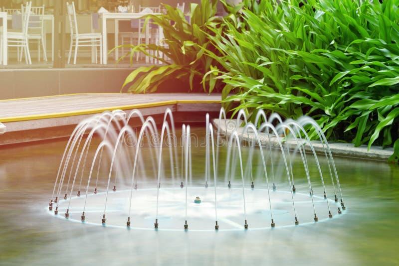 Härlig springbrunn på bakgrunden av tropiska växter lokaliserat i ett hotell i subtropiska trakterna f?r illustrationliggande f?r royaltyfri fotografi