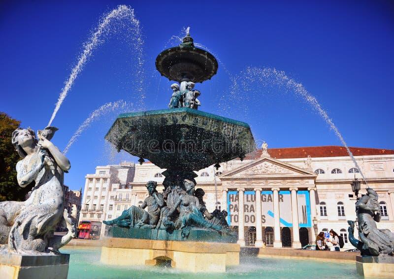 Härlig springbrunn på den Rossio fyrkanten, Lissabon arkivfoton