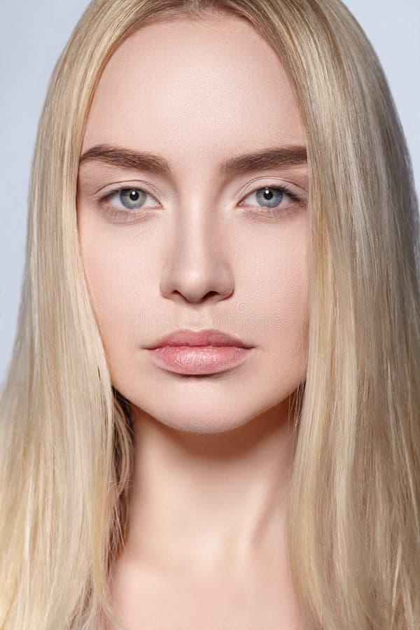 Härlig stående av den unga blonda flickan med perfekt hud arkivbild