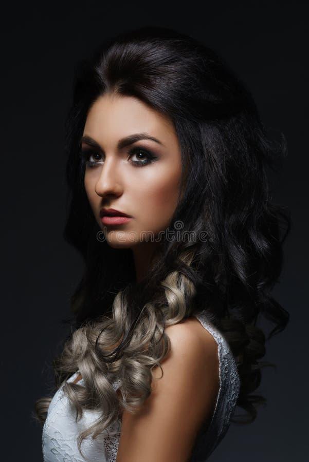 Härlig stående av den unga och attraktiva kvinnan arkivfoto